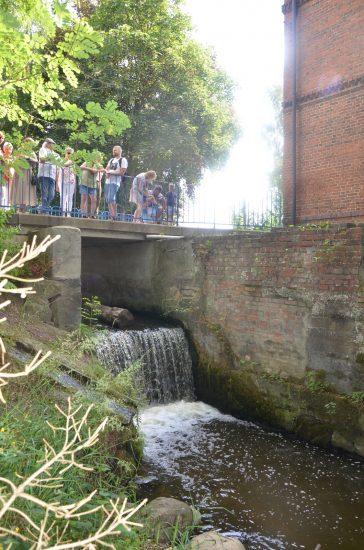 Grupa osób na mostku