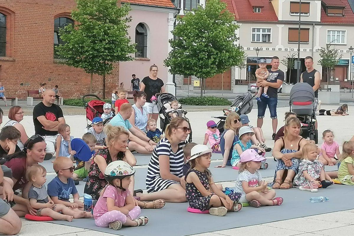Publiczność siedząca na placu