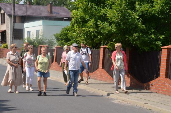 Grupa osób idzie po ulicy