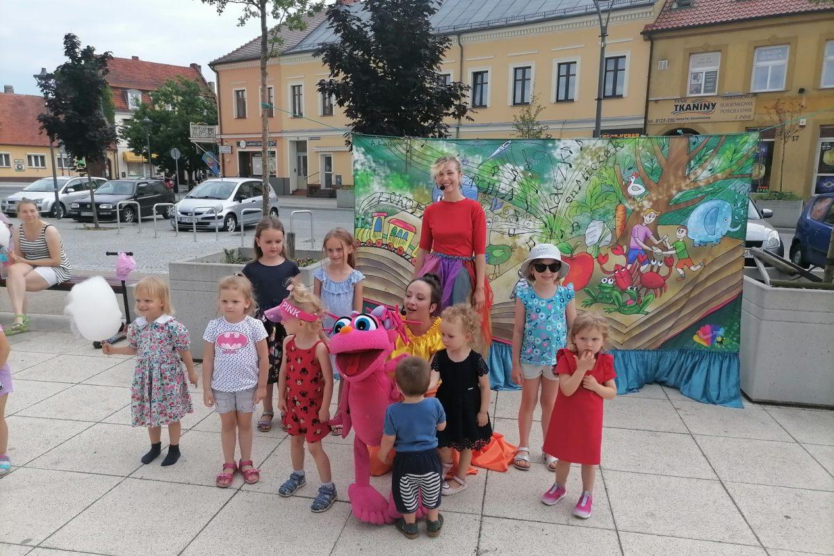 Dzieci pozują do wspólnego zdjęcia z zabawnym pluszowym ludzikiem