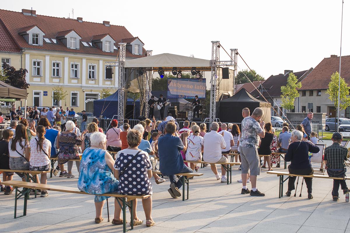 Publiczność na koncercie przed sceną na placu