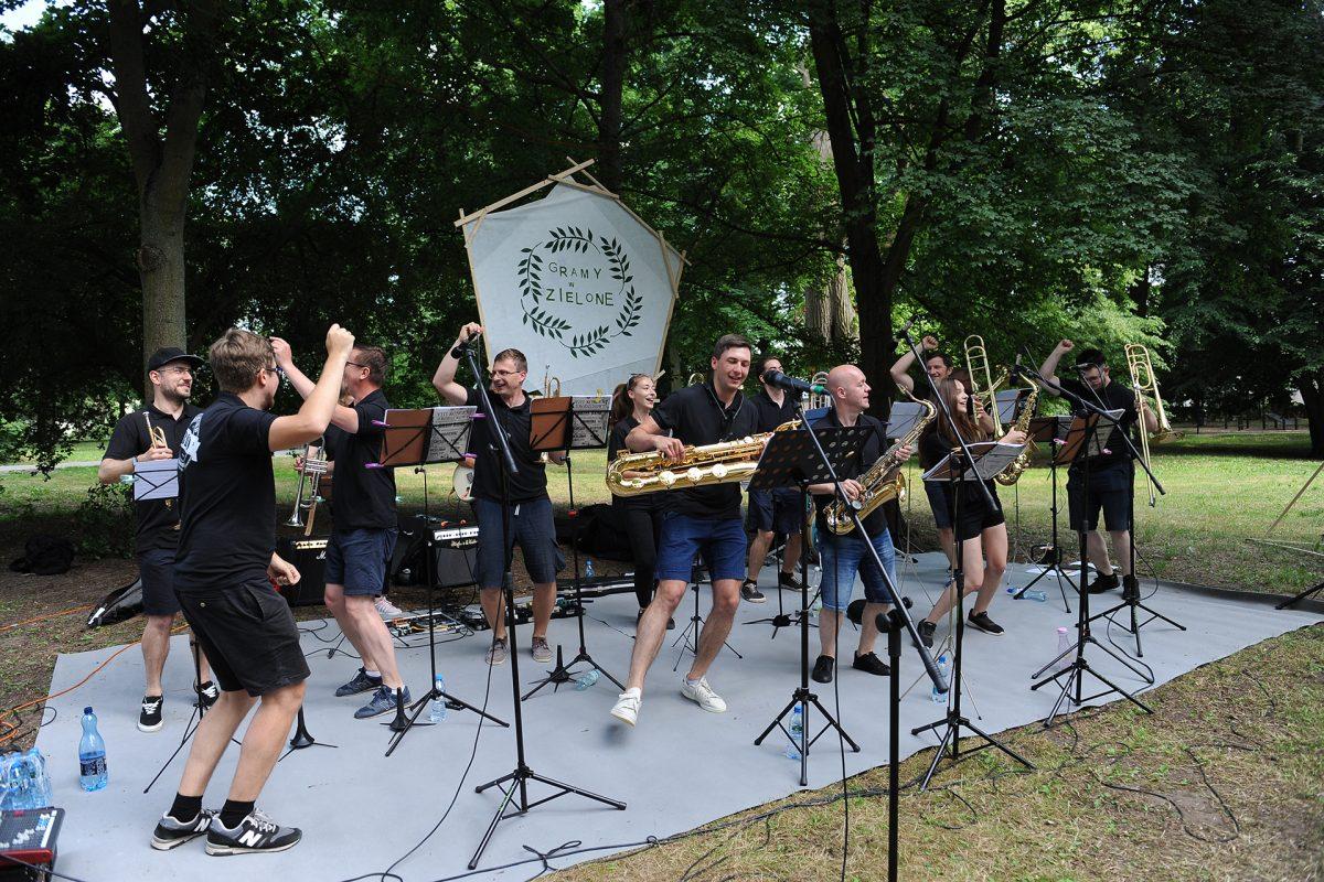 Zespół tańczy trzymając instrumenty