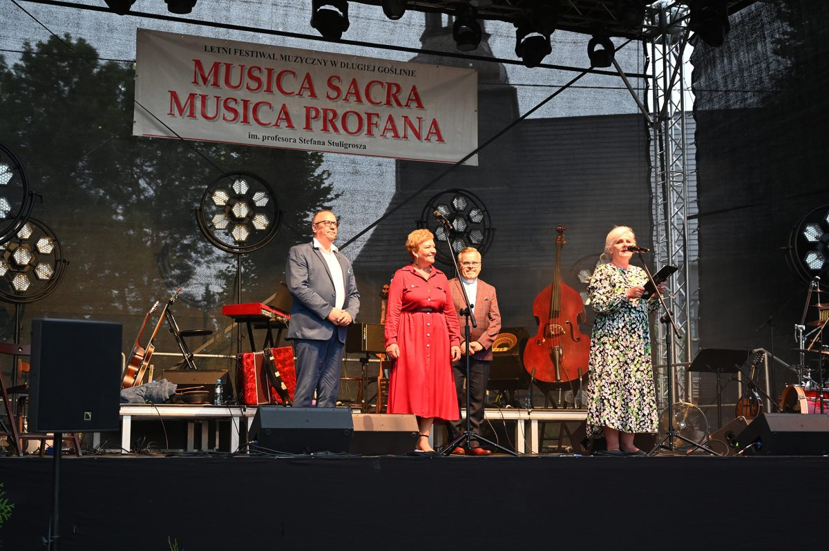 Kilka osób na scenie