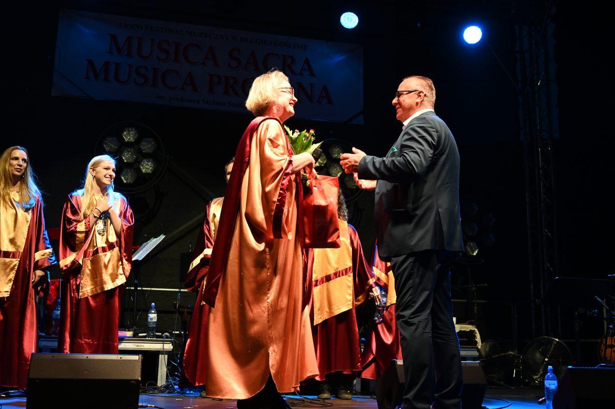 Burmistrz na scenie dziękuje za występ dyrygentce Chóru Gospel JOY w tle Chór Gospel JOY