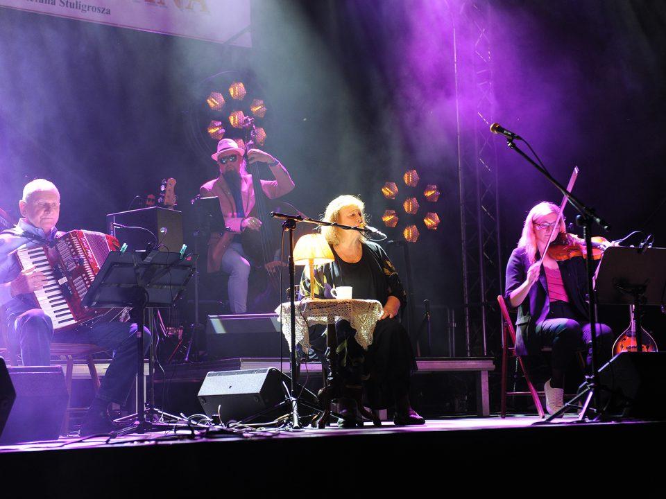 Stanisława Celińska z zespołem na scenie