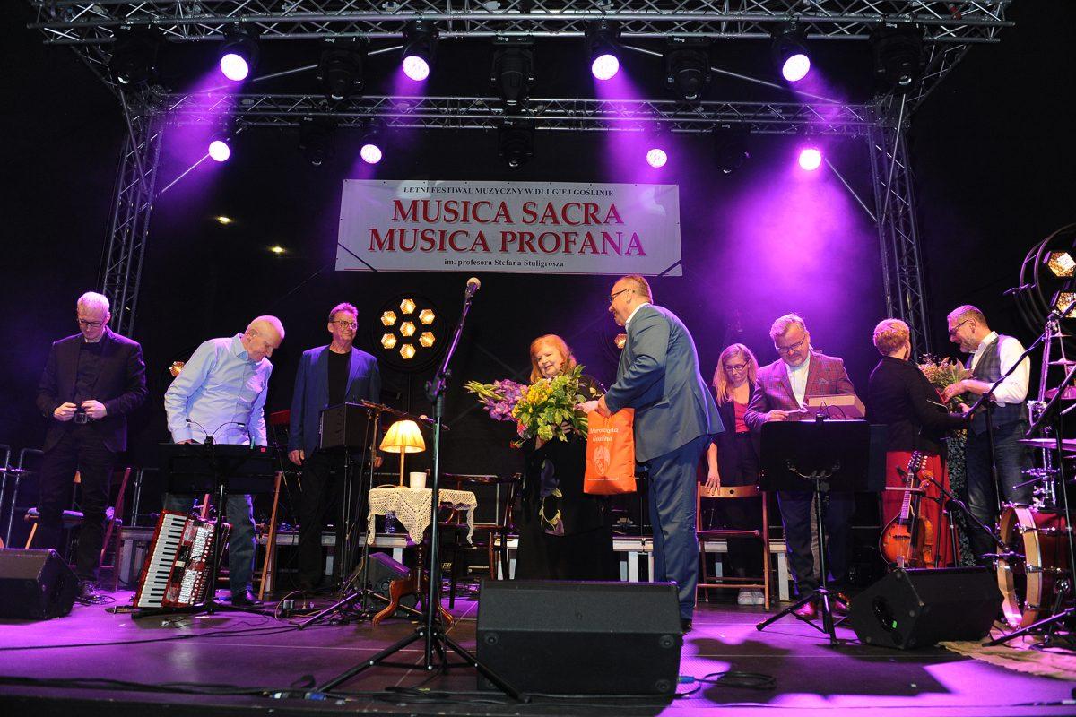 Burmistrz na scenie dziękuje za koncert Stanisławie Celińskiej w tle zespół