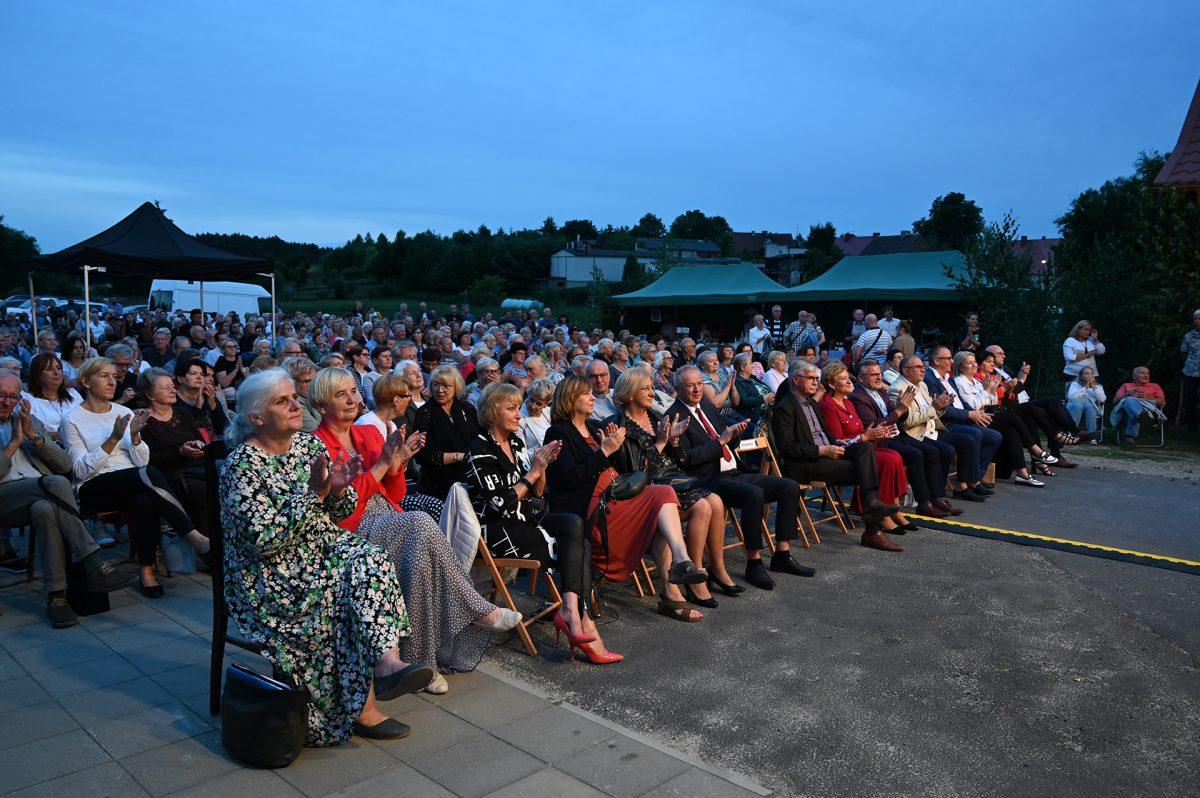 Publiczność festiwalowa siedzi na ławkach