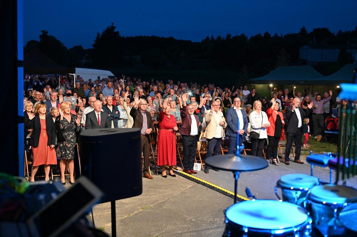 Publiczność festiwalowa na stojąco